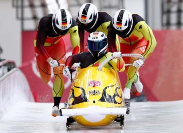 ボブスレー男子4人乗り前半、首位に立ったフランチェスコ・フリードリヒ操縦のドイツ組=24日、平昌(ロイター=共同)