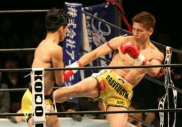 キックで果敢に攻める近藤伸俊(右)=別府市のビーコンプラザ