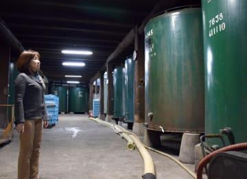 酒蔵内に並ぶ大型タンクを前に、観光酒蔵への思いを語る「愛友酒造」の兼平理香子社長=潮来市辻