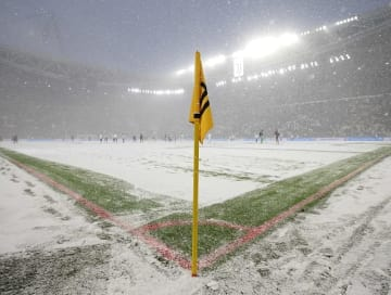 大雪でピッチ一面が真っ白となったアリアンツ・スタジアム photo/Getty Images
