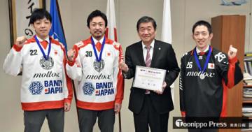 小林市長(左から3人目)にバンディ世界選手権での銀メダル獲得を報告した(左から)中居選手、長根選手、山之内選手