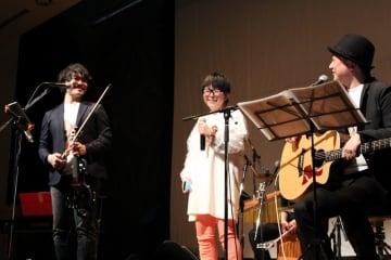 歌い終わってほっとした表情の山下さん(中央)とInsheartの2人=長崎市平野町、長崎原爆資料館ホール