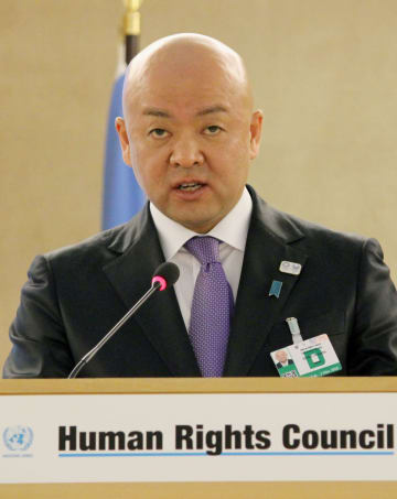 27日、ジュネーブでの国連人権理事会で演説する堀井学外務政務官(共同)