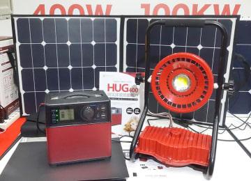 リチウムイオン蓄電池「HUG400」、リチウムイオンバッテリー搭載LED照明「HUG20」、太陽光パネルの組み合わせが注目されたプライム・スター展示ブース=東京都江東区の東京ビッグサイト