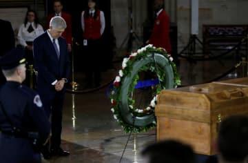 米連邦議会議事堂の円形大広間に安置されたビリー・グラハム師の遺体を納めたひつぎ=2月28日、ワシントン(ロイター=共同)