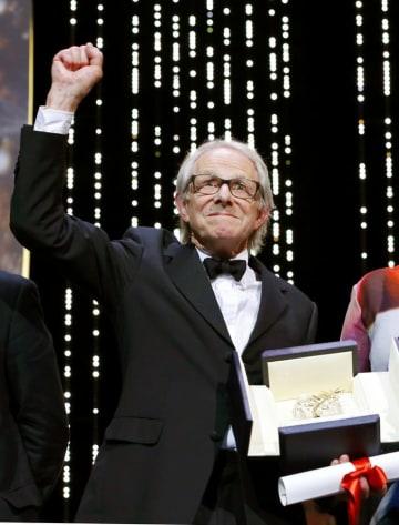 2016年のカンヌ国際映画祭授賞式で最高賞「パルムドール」を受けたケン・ローチ監督(ロイター=共同)