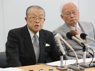 会見で自らの見解を述べる宮内県議(左)=県庁