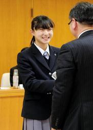 笑顔で記念品を受け取る坂本花織さん=兵庫県議会