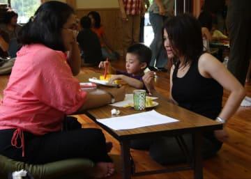 被災したフィリピン人女性の心の相談に乗る医師(左)=2011年7月3日、岩手県陸前高田市
