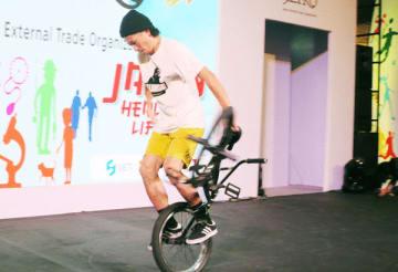 BMX競技で有名な佐々木元氏は、華麗なパフォーマンスを披露した=3日、ジャカルタ(NNA撮影)