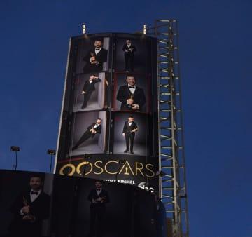 ハリウッドに掲げられたアカデミー賞授賞式中継の広告看板=3日(UPI=共同)
