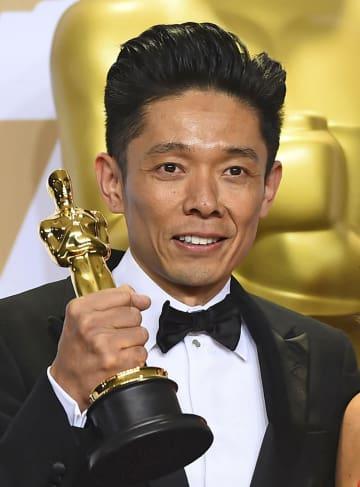 第90回アカデミー賞でメーキャップ&ヘアスタイリング賞を受賞した辻一弘さん=4日、米ハリウッド(AP=共同)