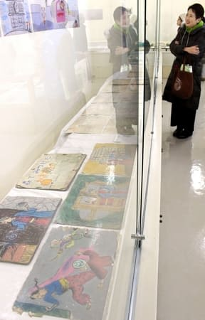 近藤喜文さんの子ども時代の作品などを展示した特別展=3日、五泉市村松郷土資料館