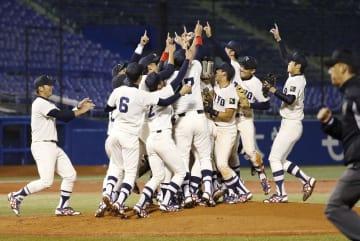 昨年11月、東都大学野球リーグで2季連続優勝を果たし、喜ぶ東洋大ナイン=神宮