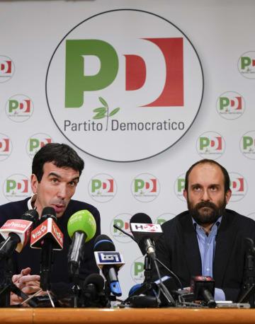 4日、イタリア・ローマの民主党本部で記者に話す党幹部(AP=共同)