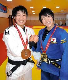 グランドスラム・パリ大会でそろってメダルを獲得した阿部詩(右)と金知秀=神戸市中央区の夙川高