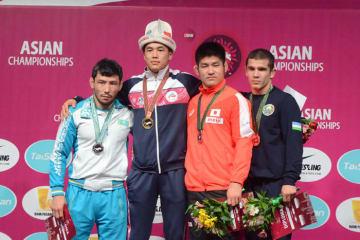 18歳でアジア王者に輝いたアクゾル・マクムドフ(キルギス=左から2人目)