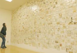 損傷の激しい写真が展示されている「LOST&FOUND」プロジェクト