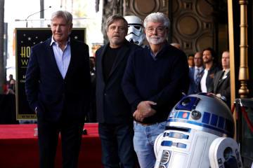 8日、米ハリウッドでマーク・ハミルさん(中央)の殿堂入りを祝うセレモニーに駆け付けたハリソン・フォードさん(左)とジョージ・ルーカス監督(ロイター=共同)