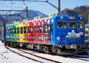 「きかんしゃトーマス」のキャラクターを装飾した富士急行の「トーマスランド号」5000形=1月、山梨県大月市
