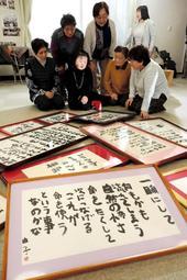 作品を前に仮設住宅の住民らと語り合う隅野由子さん(手前左から2人目)=宮城県名取市愛島郷2(撮影・大山伸一郎)