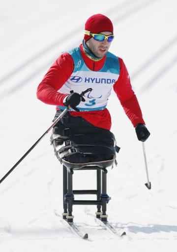 スキー距離男子15キロ座位で力走するジョージアのテムリ・ダディアニ選手=11日、韓国・平昌(共同)