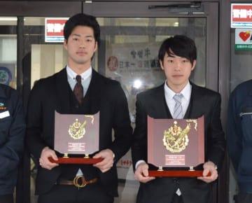 共励会で優勝した森さん(右)と3位に入った深田さん(ミヤチク提供)