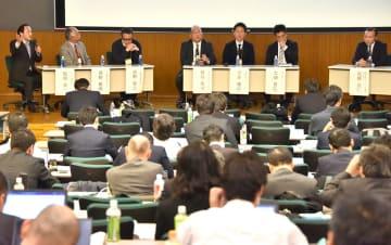 ほぼ満席となった工学部の大講堂では、白熱したパネルディスカッションが繰り広げられた=2月20日、東京都文京区の東京大学