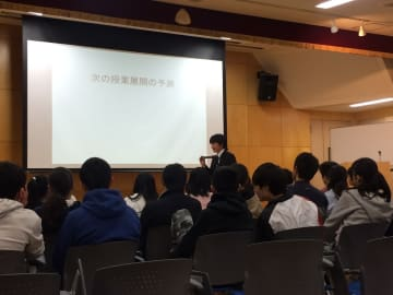 奈良女子大学附属中東教育学校で行われた二田貴広先生が指導する公開授業の様子。二田先生が授業の次の展開を問う場面もあった