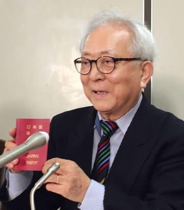 日本国籍の維持などを求めて提訴後、記者会見する原告の野川等さん=12日午前、東京・霞が関の司法記者クラブ