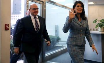 12日、ニューヨークの国連本部に到着したマクマスター米大統領補佐官(左)と米国のヘイリー国連大使(ゲッティ=共同)