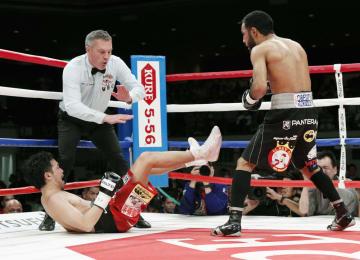 2回、ルイス・ネリ(右)にダウンを奪われTKO負けした山中慎介=両国国技館