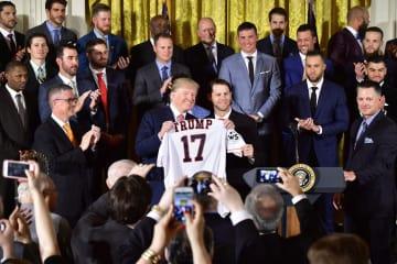 米大リーグ、アストロズの選手らと写真に納まるトランプ大統領(中央左)=12日、ワシントン(UPI=共同)