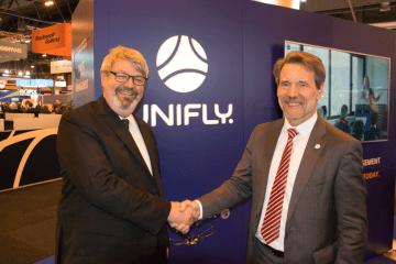 マドリードで開催されたWorld ATM Congressの会場で握手する Integra Aviation AcademyのMichael Niels Thorsen CEO(左) UniflyのMark Kegelaers CEO(右)