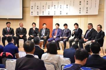 永友洋司さん(右端)と、高鍋高ラグビー部からTL入りし活躍する選手ら。記念事業では永友さんの講演やパネル討議などがあった