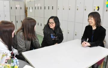友人や前山准教授(右)と話すウィリーザさん(右から二人目)=佐賀市の佐賀女子短期大学