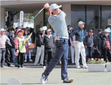 多くのギャラリーが見つめる中、ティーショットを放つ永野竜太郎=14日、大分東急ゴルフクラブ