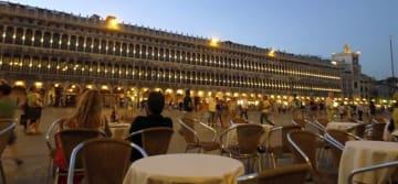 ヴェネツィア・サンマルコ広場でアペリティーヴォを楽しむカップル