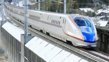 「スノープラウ」が先頭車両に付いた北陸新幹線(JR西日本提供)
