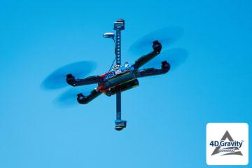 「Next VR™」は、小型で 高品質な360°VR映像の撮影を可能にする次世代のVR撮影用ドローン。機体中央部を垂直に貫通する縦棒は、「4D Gravity™」によって飛行中においても常に垂直を保持する。縦棒両端に設置された2つのカメラは、ブレずに安定した高画質360°VR映像を映し出すことができる。