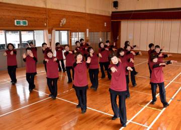 「フクちゃん音頭」の踊り披露に向けて練習する日南市レクリエーション協会のメンバー