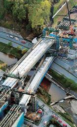神戸市北区の新名神高速道路の工事現場で橋桁が落下した事故現場=2016年4月22日