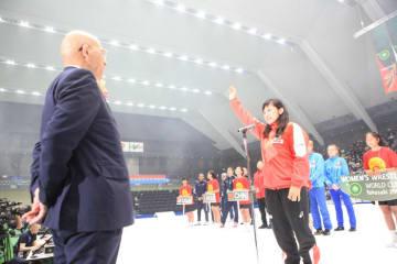 開会式で選手宣誓を務めた土性沙羅(東新住建)
