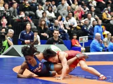 決勝戦進出の懸かる日米戦でポイントを奪う日本50キロ級代表の入江(赤)。ハイスピードな戦いに歓声が上がった=高崎アリーナ