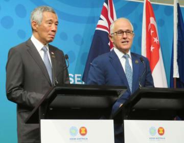 記者会見するオーストラリアのターンブル首相(右)とシンガポールのリー・シェンロン首相=18日、シドニー(共同)