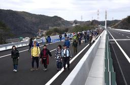 新名神高速道路・川西IC-神戸JCTの開通を祝い、歩き初めを楽しむ人たち=18日午前、神戸市北区(撮影・中西大二)