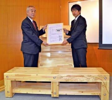 県産材の木製品寄贈 富岡駅と駅前広場設置、テクノアカデミー浜