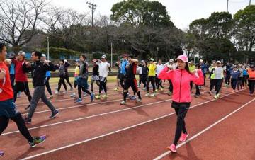 参加者と一緒に体を動かし、走り方を指導した千葉さん(手前右)=18日、千葉市中央区