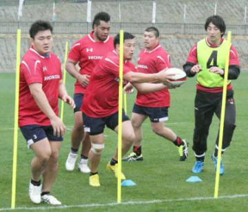 細かくパスを回す練習をするホンダヒートの選手たち=別府市営実相寺多目的グラウンド