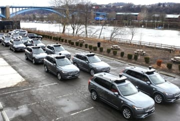 ウーバーが試験走行に使う自動運転車=7日、米ピッツバーグ